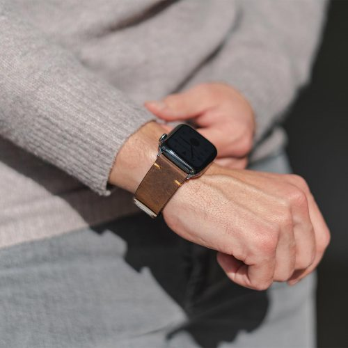 Old_Brown-Apple-watch--vintage-calf-leather-band-close-up-in-a-sunny-day
