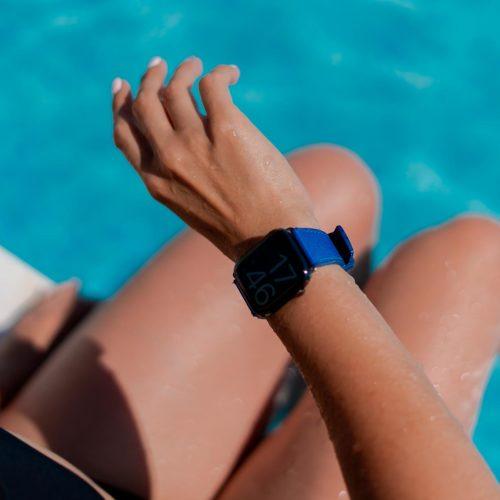 Deep-ocean-Apple-waatch-blue-rubber-band-close-to-a-waterpool