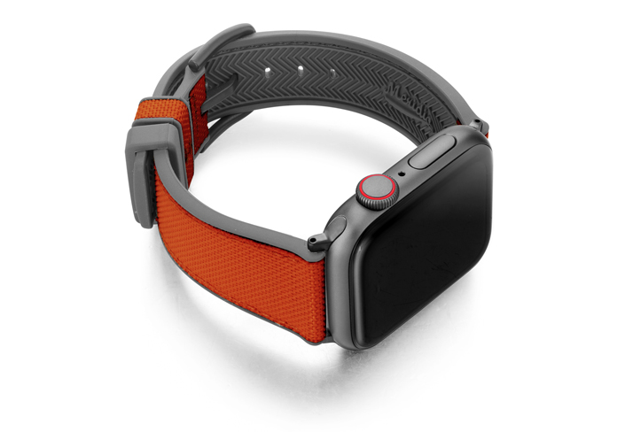 Lobster_Apple_Watch_caoutchouc-band-with-a-space-grey-case-on-right