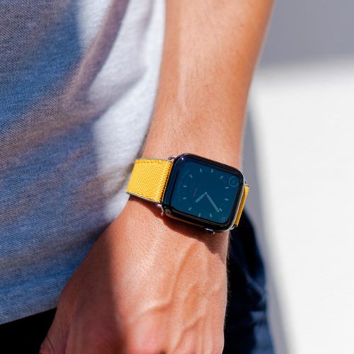 Submarine-Apple-watch-yellow-rubber-band-clsoe-up