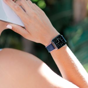 Blue-Abyss-Apple-watch-rubber-band-during-a-mobile-call