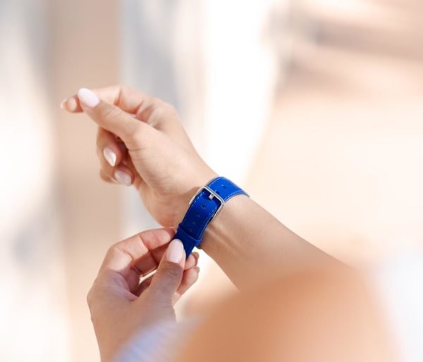 Blueberry Summer-Apple-watch-blue-fluo-band-on-a-feminne-tunned-wrist-bs