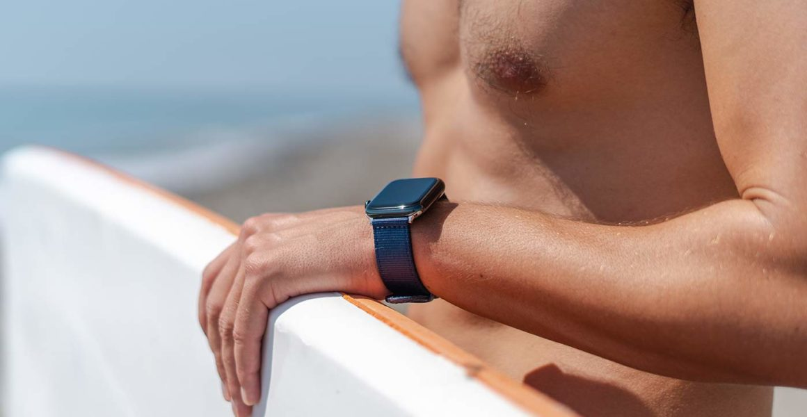 Apple-watch-blue-tide-band-recicled-ocean-plastic-man-handled-a-paddle-surf